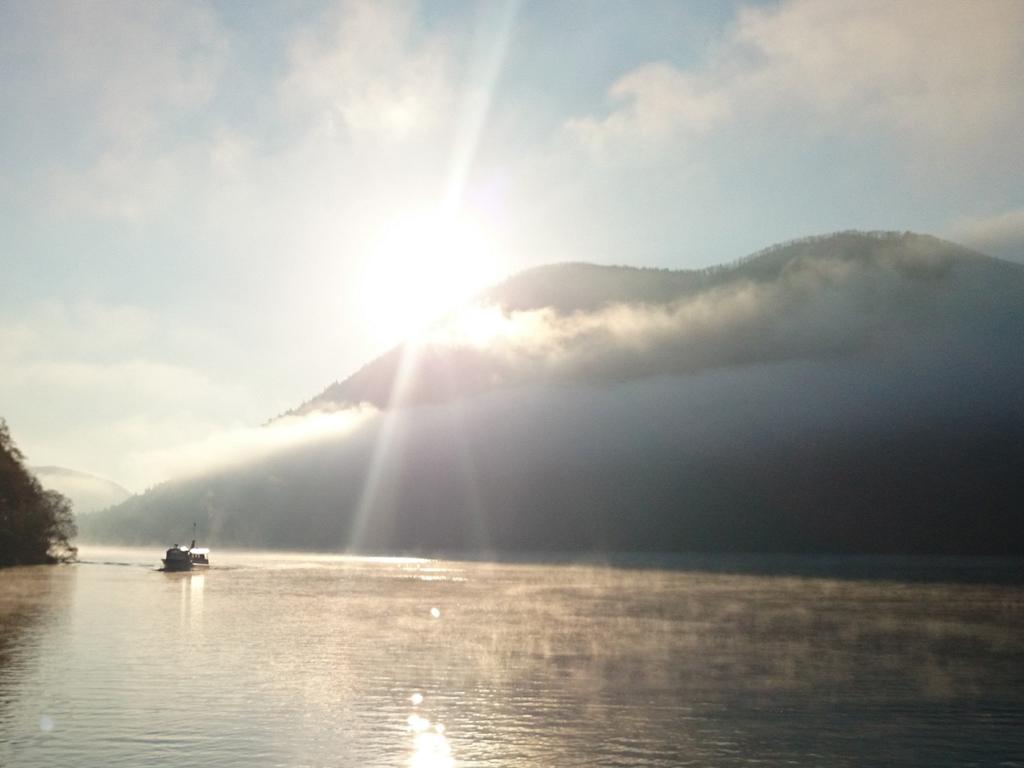 【モーニングクルーズ】朝霧をまといながら然別湖の朝が始まる。