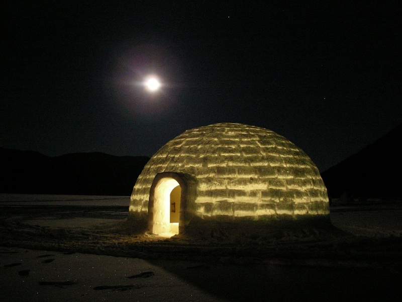湖上のアイスロッジは、夜になると無音の世界に。凍った湖で過ごす一夜