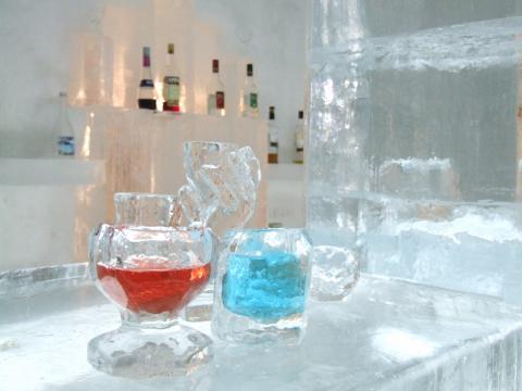 氷の塊をノミを使って削り、自分だけの氷のオリジナルグラスを作りましょう。