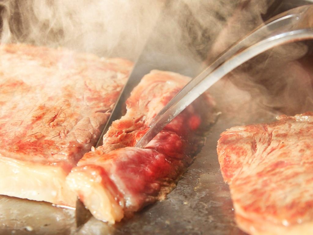 メインは鉄板よりお届けする愛鷹牛サーロインステーキ