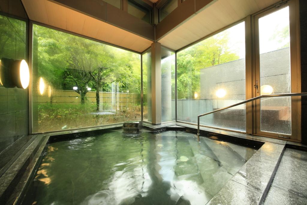 緑に囲まれた大浴場で普段の疲れを洗い流してください