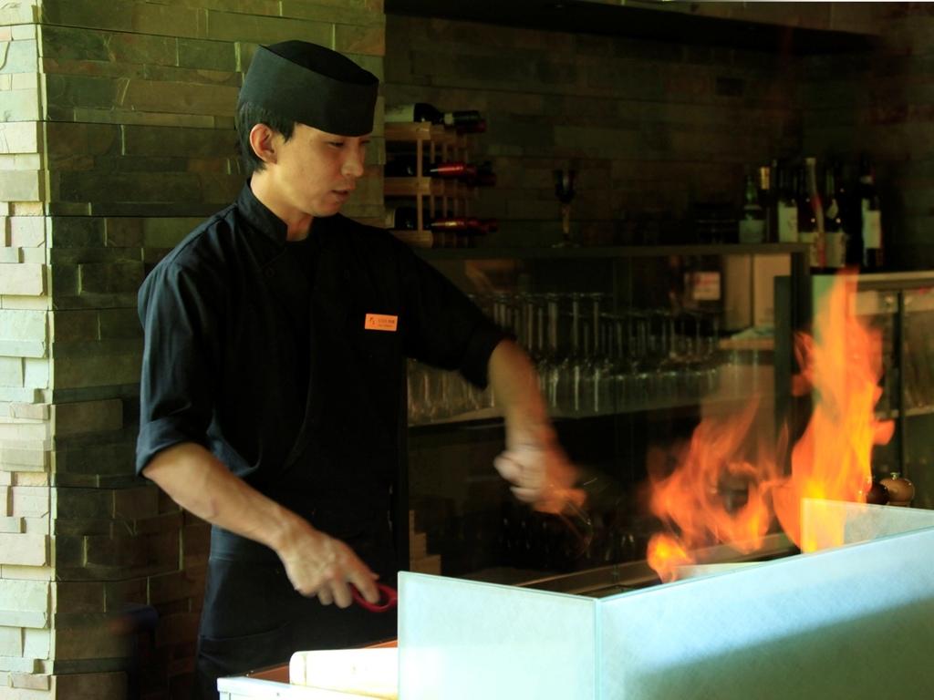 メインの国産牛ステーキはライブキッチンにて焼き上げます