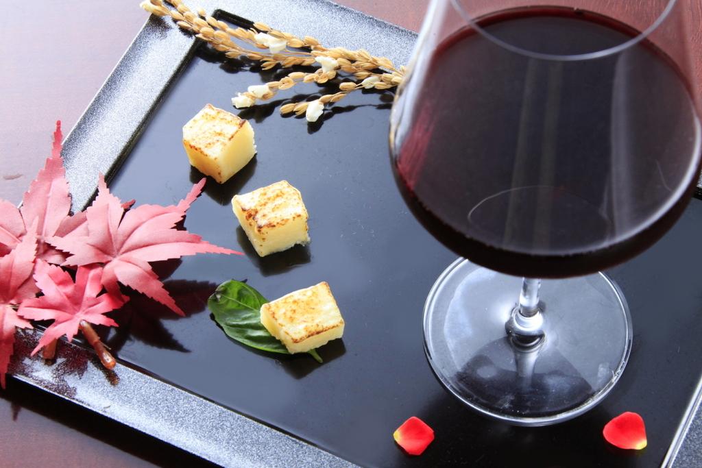 人気のチーズ&赤ワインは宿LABO限定特典