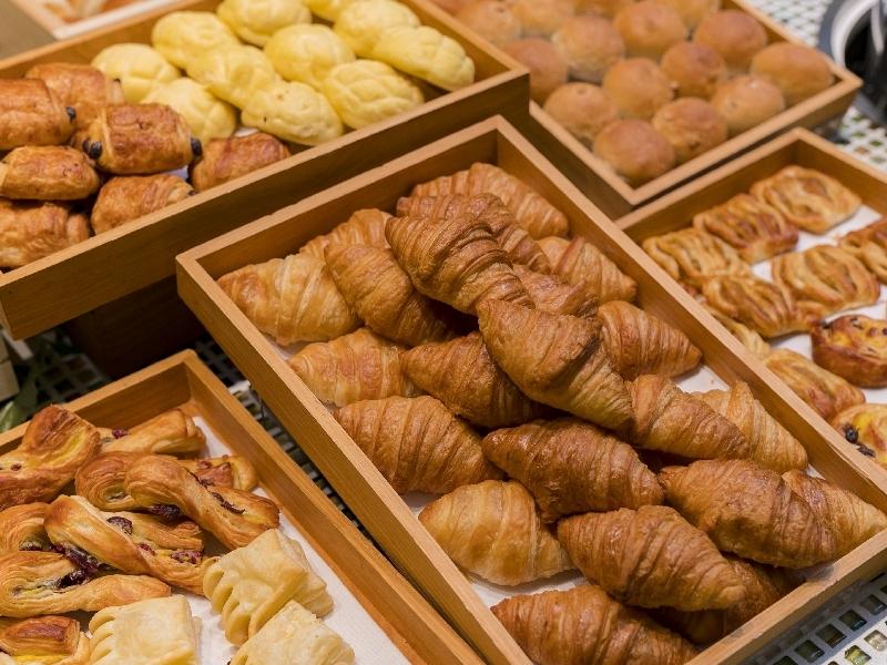 朝食の一部(パンコーナー)
