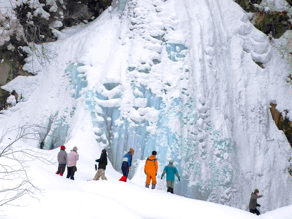 【七滝氷瀑】氷に覆われ蒼く輝く幻想的な姿には、夏とは違った感動がございます。
