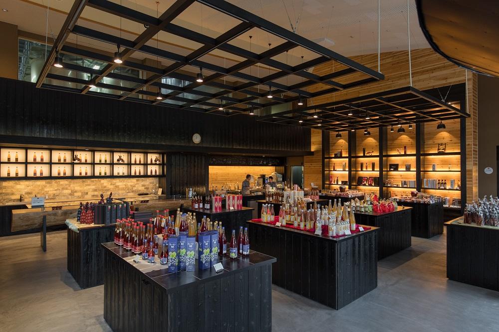 【梅酒蔵 おおやま】本格的な梅酒工場と売店、梅酒蔵サロンがあります。
