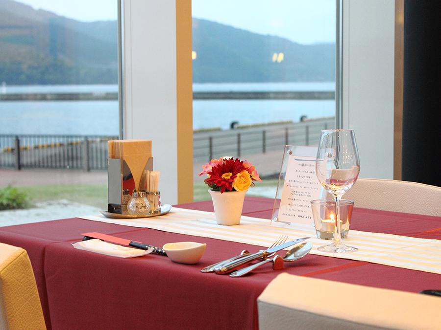 レストラン「さぼうる」では、大きな窓から、海を見渡しながらお食事ができます