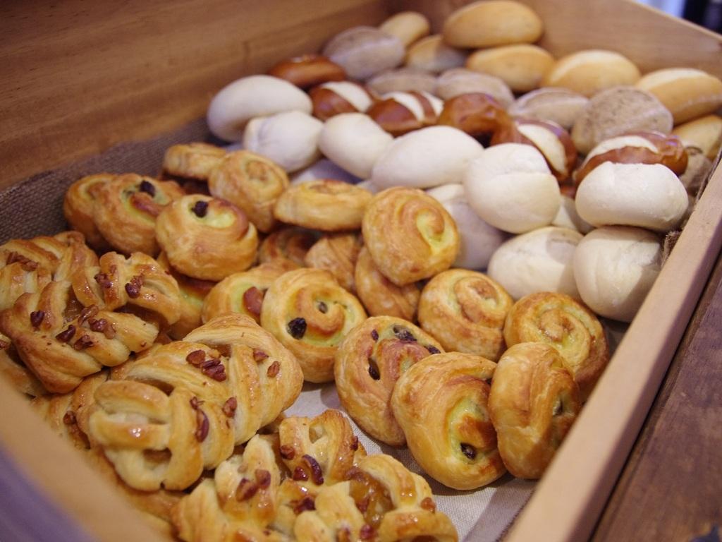 朝食でご好評頂いております焼き立てパン ※一例