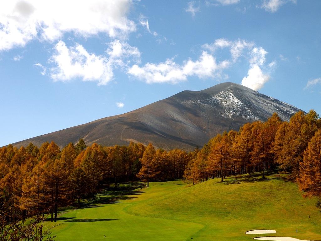 紅葉を背景に臨む浅間山。解放感抜群の広大な敷地