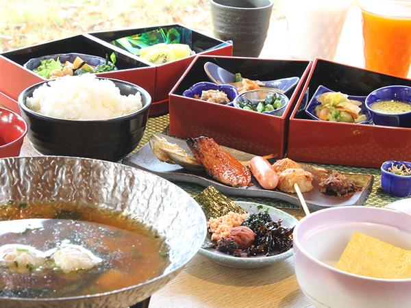 炊きたての白米に合うおかずが盛りだくさんの和朝食
