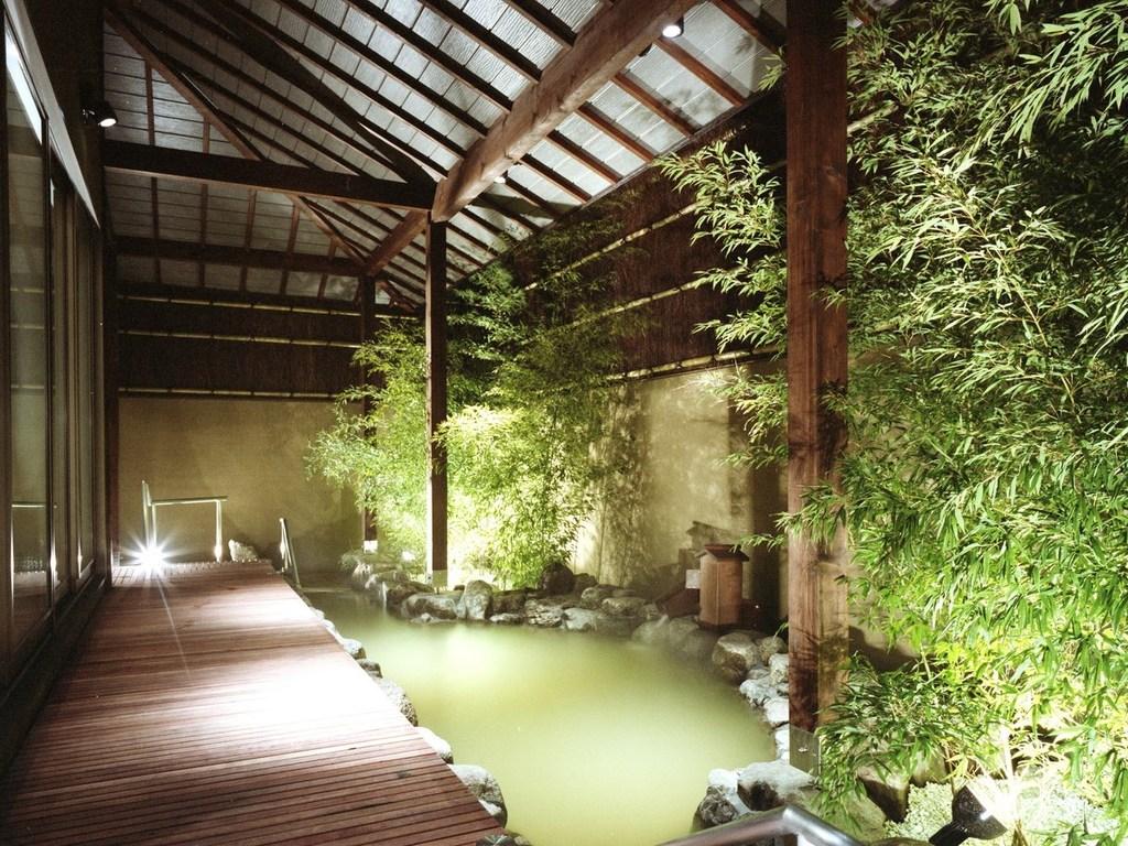 大浴場の露天風呂は源泉100%かけ流し温泉♪
