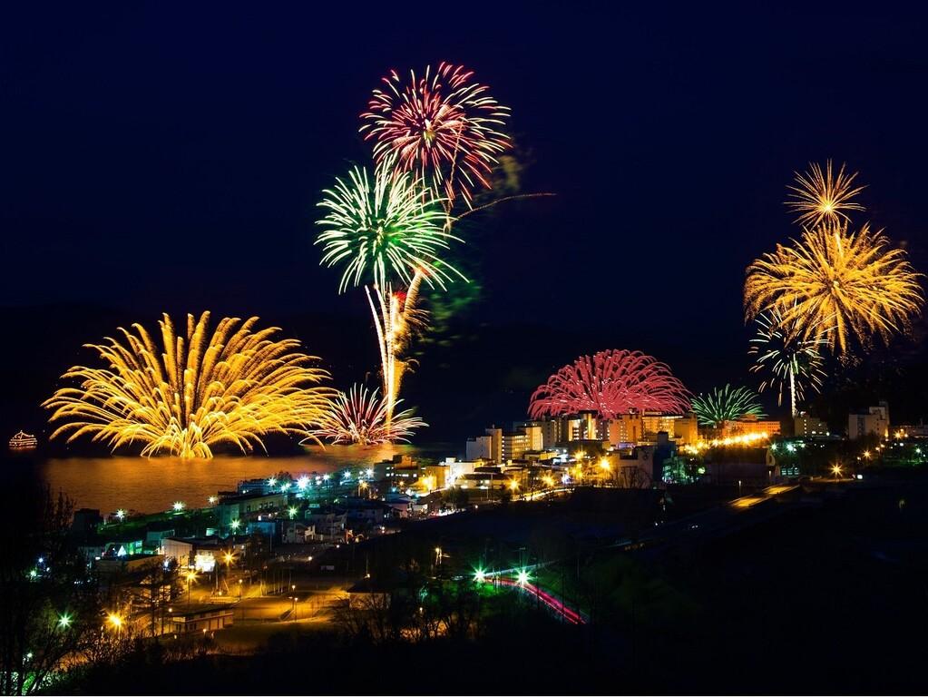 湖上を彩る色とりどりの花火をお愉しみ下さい