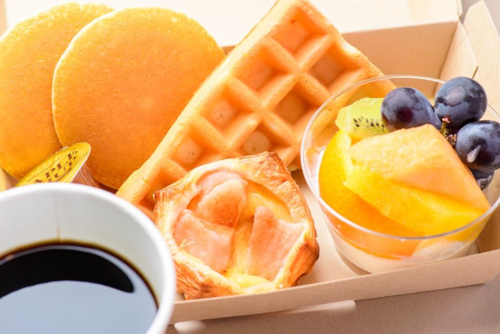 <ワッフルとパンケーキwithフルーツ +コーヒー>
