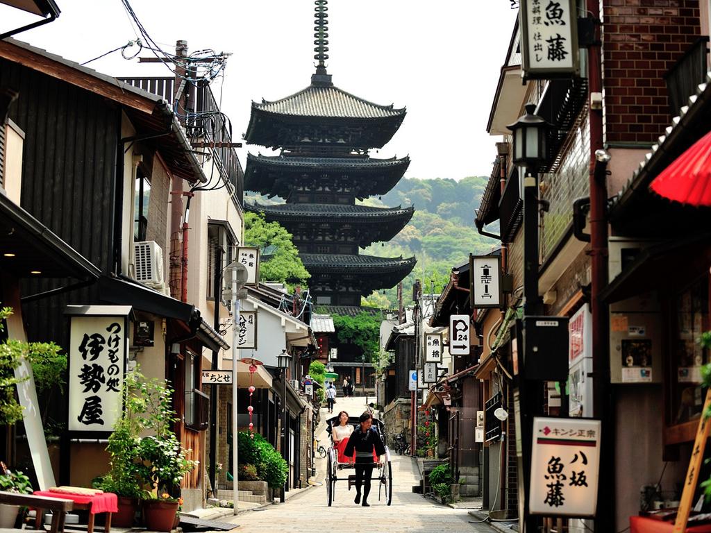 京都の風情ある町並みと調和する人力車
