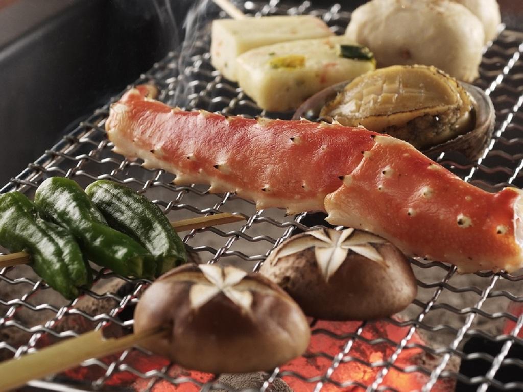 囲炉裏で焼く「魚介の網焼き」です(プラン・時節により変更がございます)