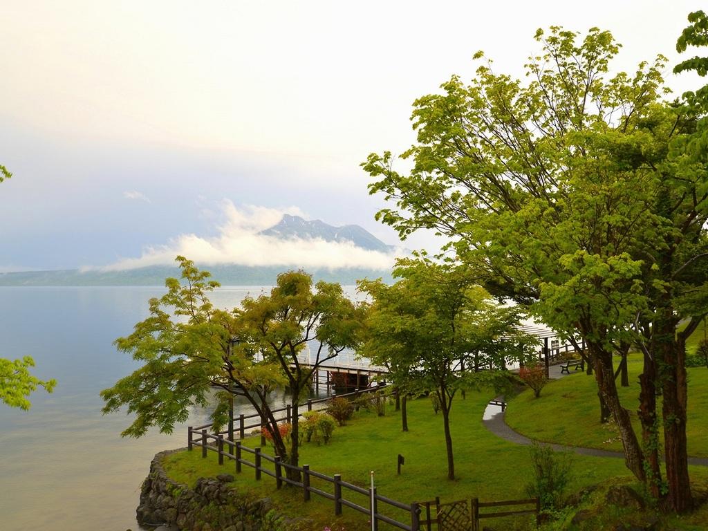 新緑と紺碧の支笏湖を満喫♪