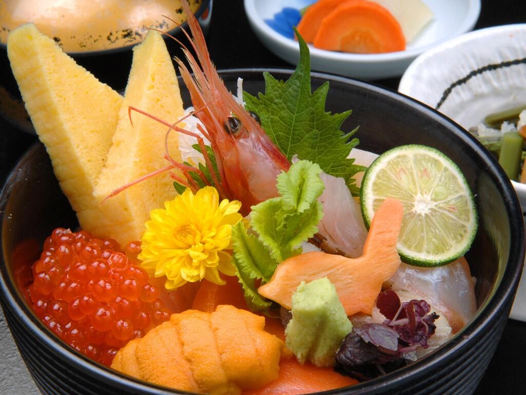 昼食は贅沢に海鮮丼!※イメージです。