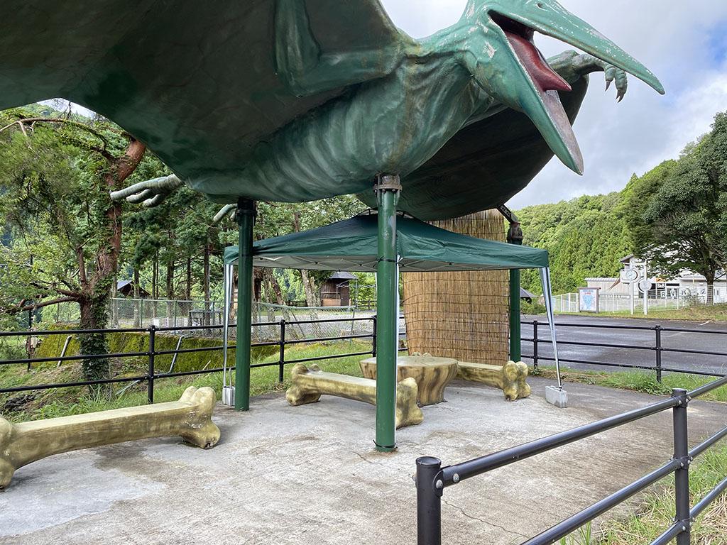 BBQサイトは、恐竜の屋根とタープ