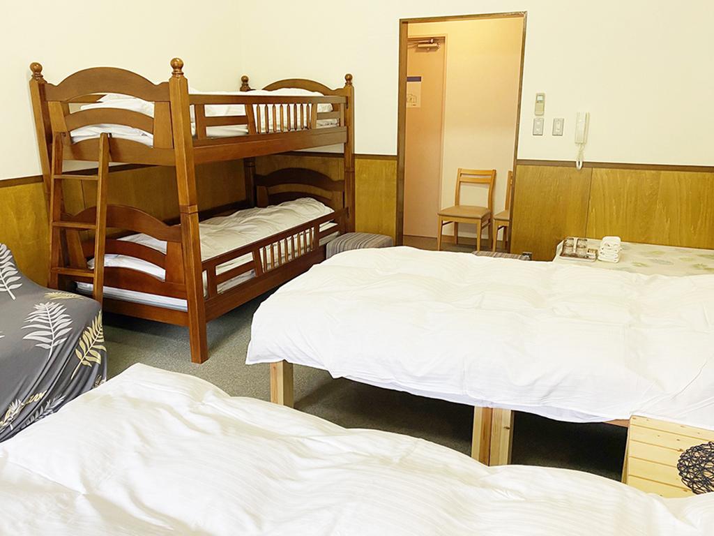 4人部屋(シングル2台と二段ベッド)