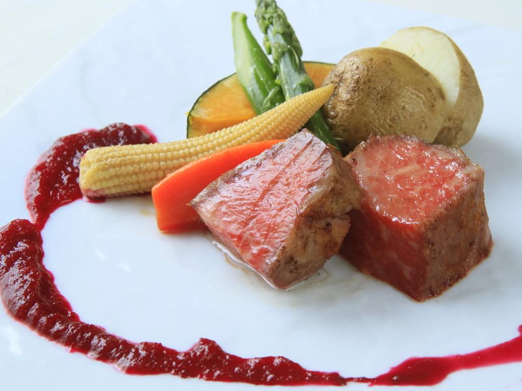 メインのステーキはお好みの加減で焼き立てをご提供いたします。