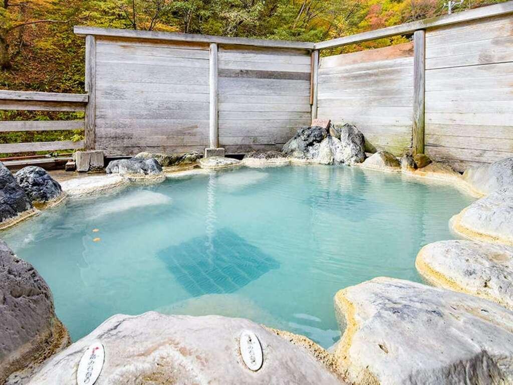 【源泉かけながし野標高1400mの大自然に囲まれた源泉かけながし露天風呂!まるで絹のようになめらかな泉質をご堪能下さい。