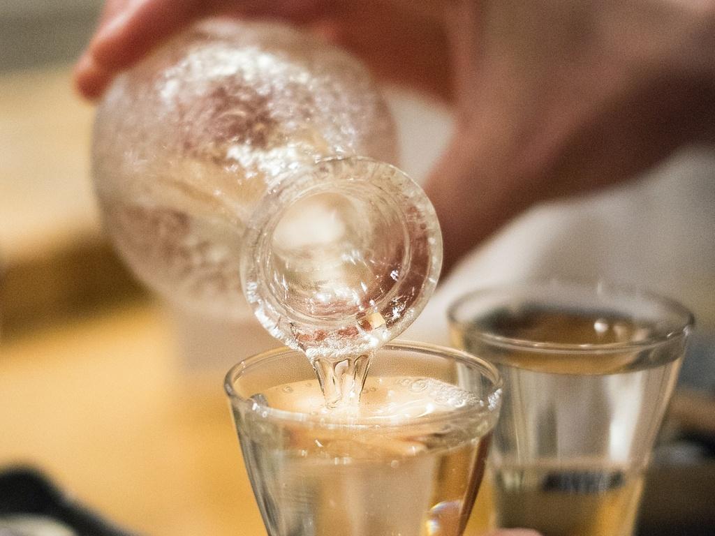夕食時、日本酒ソムリエオススメの地酒300mlをグループ様に1本ご用意!