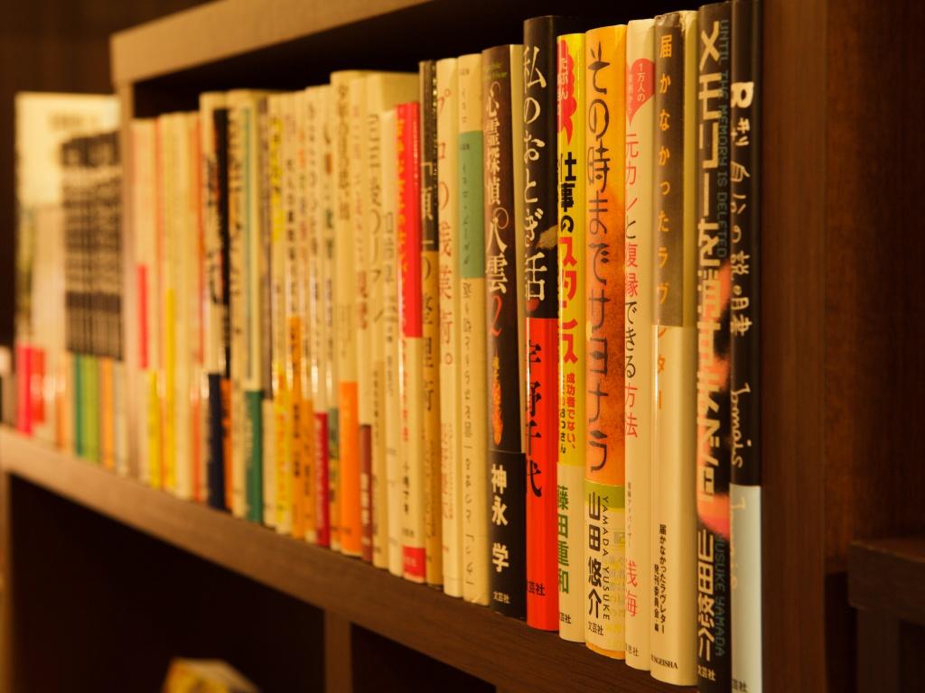 様々なジャンルの本を揃えています