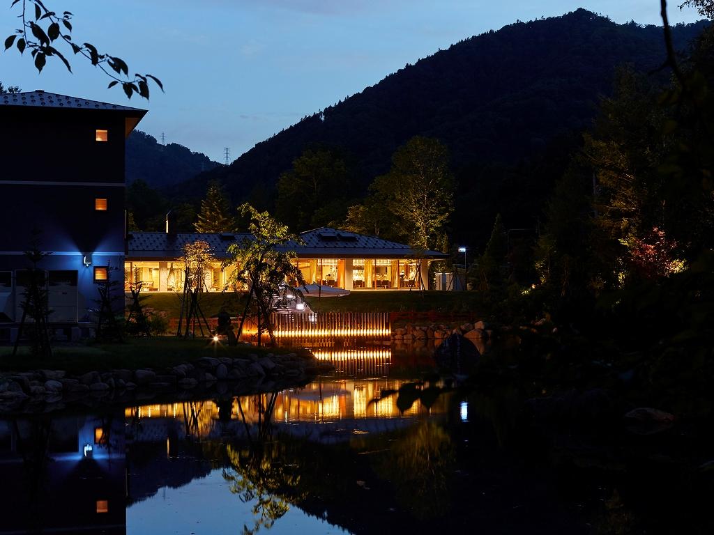 【レストラン】夜の庭園・池泉を眺めながら優雅にお食事をどうぞ