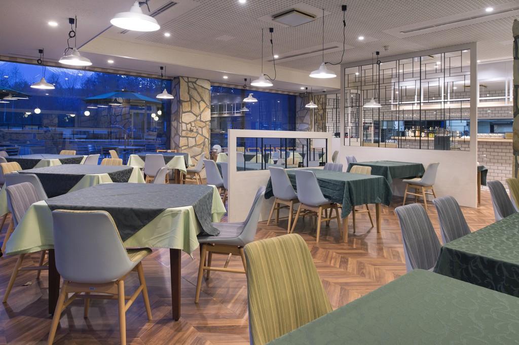 上質な空間が広がるレストラン。シェフこだわりの料理と豊富に取り揃えた山梨産ワインをご堪能ください。