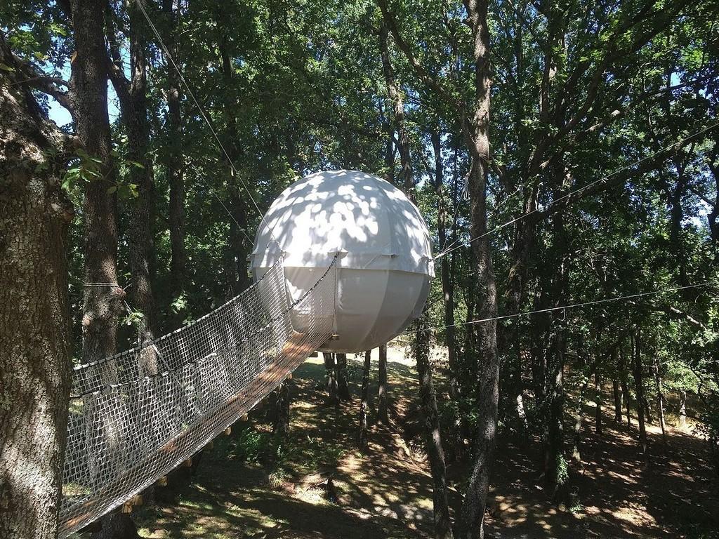 宙に浮いているテントです!