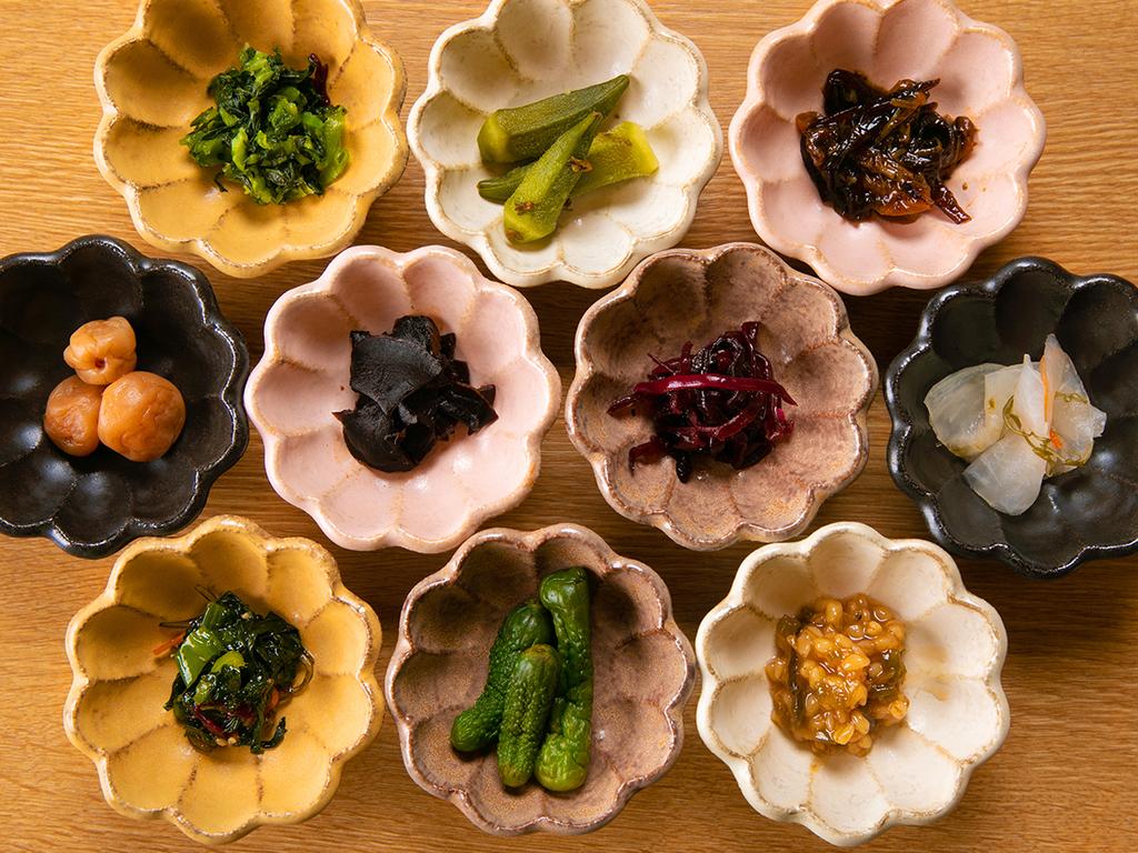 【精進料理 -朝食-】 朝はお漬物バイキング。お好みの漬物をお選びください♪