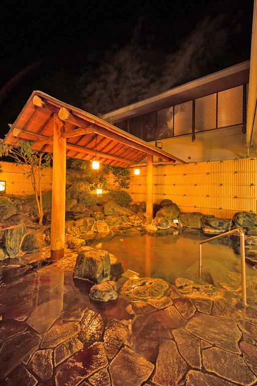 夜の露天風呂は幻想的です