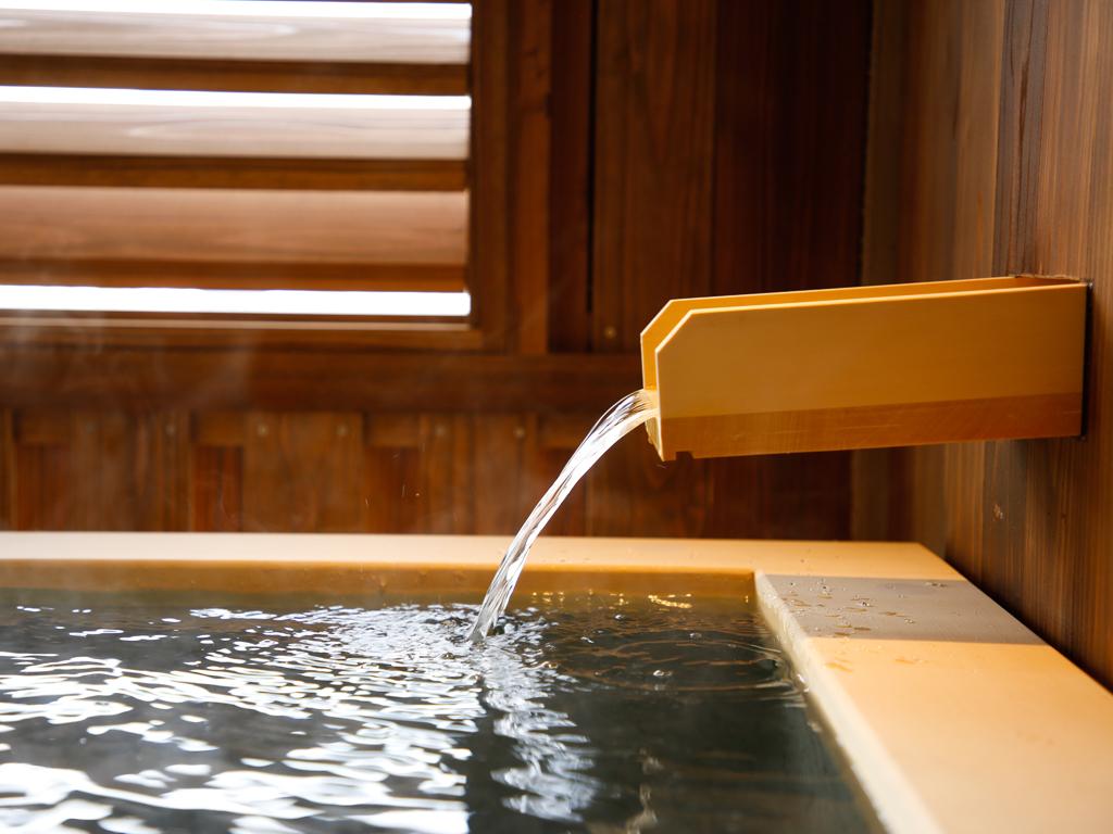 爽やかな風を感じるテラスを備えた温泉露天風呂付(写真は特別フロア 湯楼)