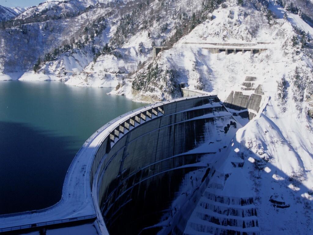 冬の黒部ダムは、辺りいちめん銀世界