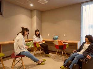 【リラクゼーションスペース】2階の女性専用ルームにはマッサージ機や鏡、化粧直しのアメニティが揃う。