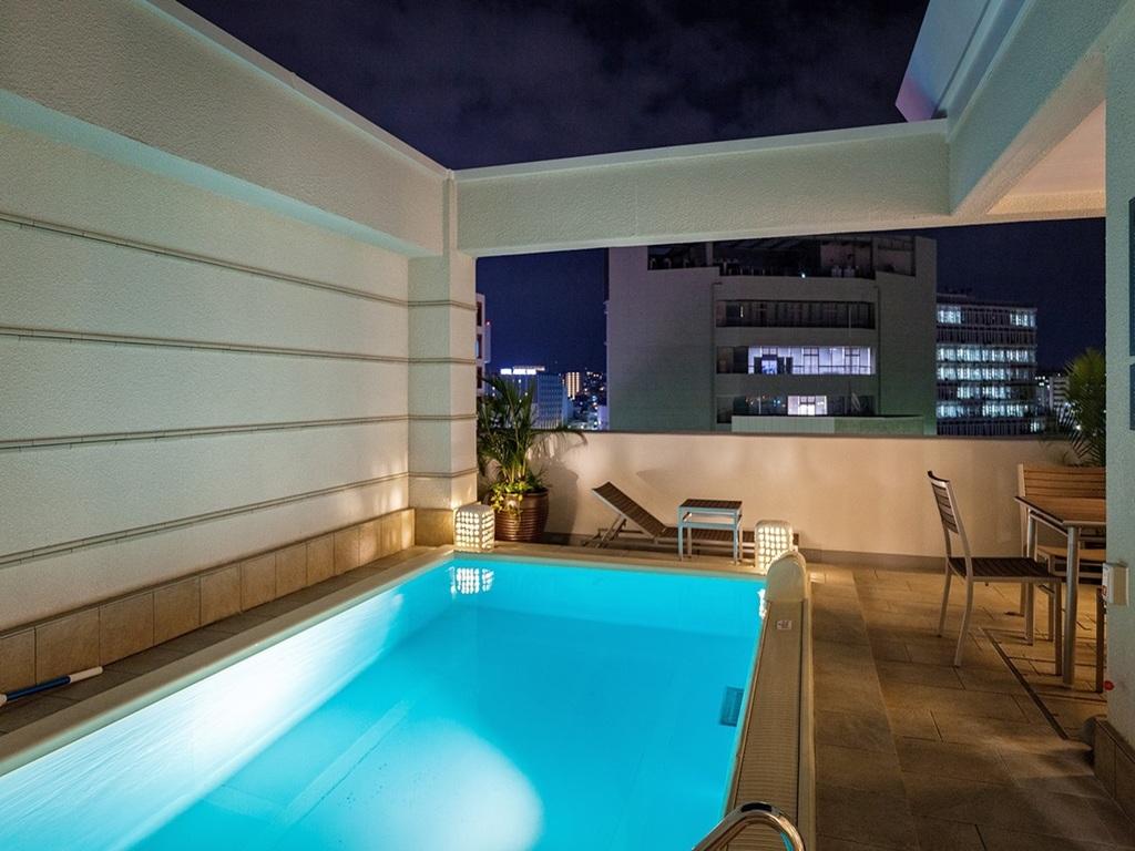 最上階ヴィラスイートの4室は温水プライベートプール付き。
