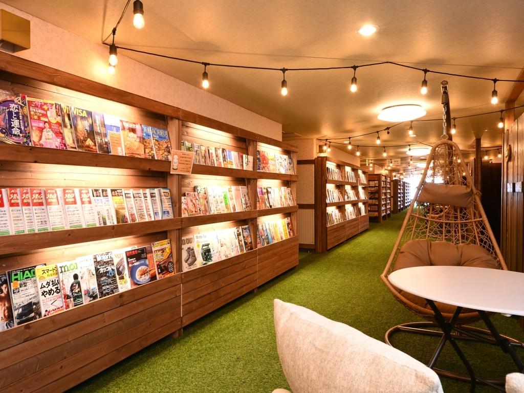 館内には、約5,000冊のマンガや雑誌などがございます!