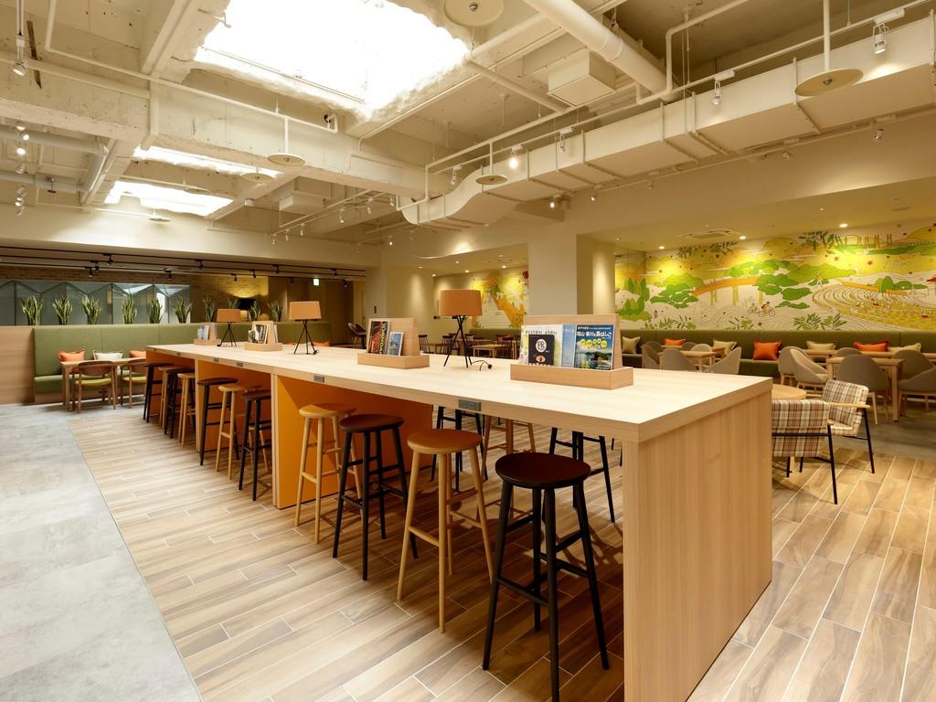 ラウンジ カフェスペースを備えた広い空間