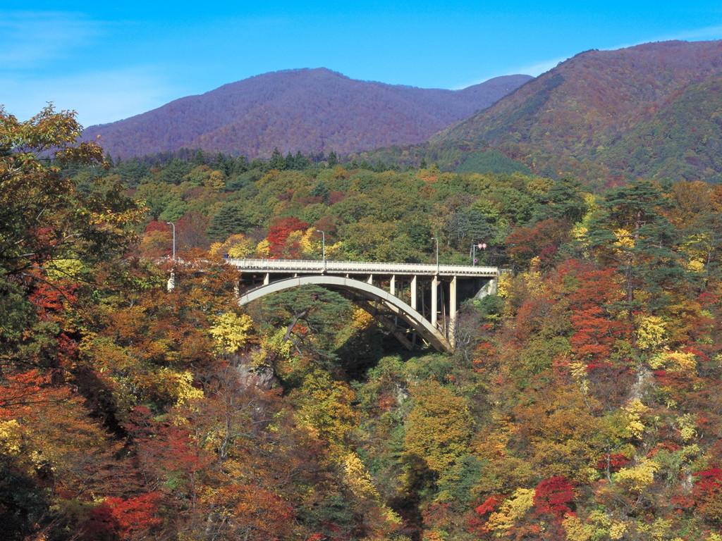 錦に彩られる秋の鳴子峡