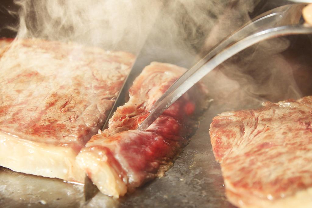 ライブキッチンで焼き上げるステーキ