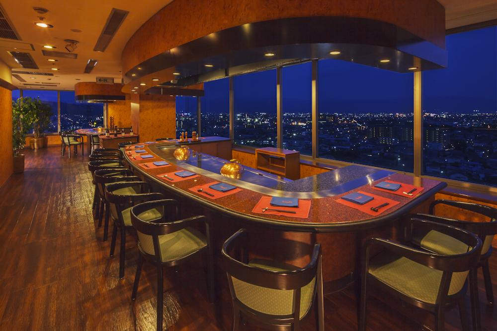 当館一番人気の鉄板焼レストラン「KEYAKI(けやき)」。甲府の夜景を眺めながらお食事できます。