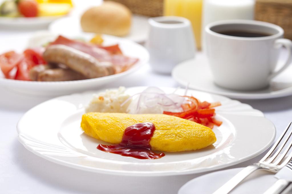 朝食バイキングではオムレツをシェフが焼き上げます。
