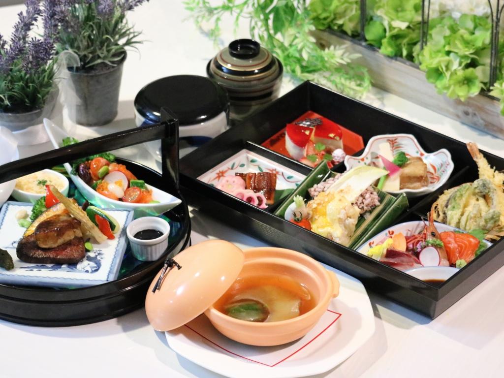【夕食】『和洋中・味の饗宴』折衷重箱御膳[特選]<br>  〜ホテルを代表する逸品の折衷重箱御膳〜