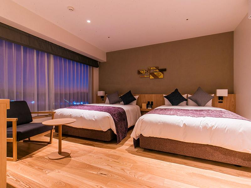 Suite ダブルベッド2台完備。 天然温泉の半露天風呂もございます。