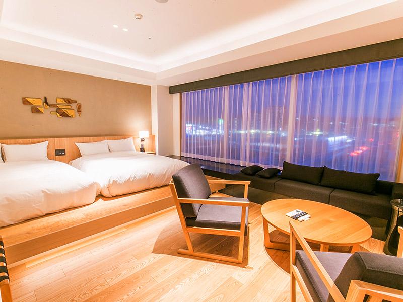 Deluxe Suite ダブルベッドを2台完備。 天然温泉の半露天風呂もございます。お部屋も広く、極上の癒し空間です。