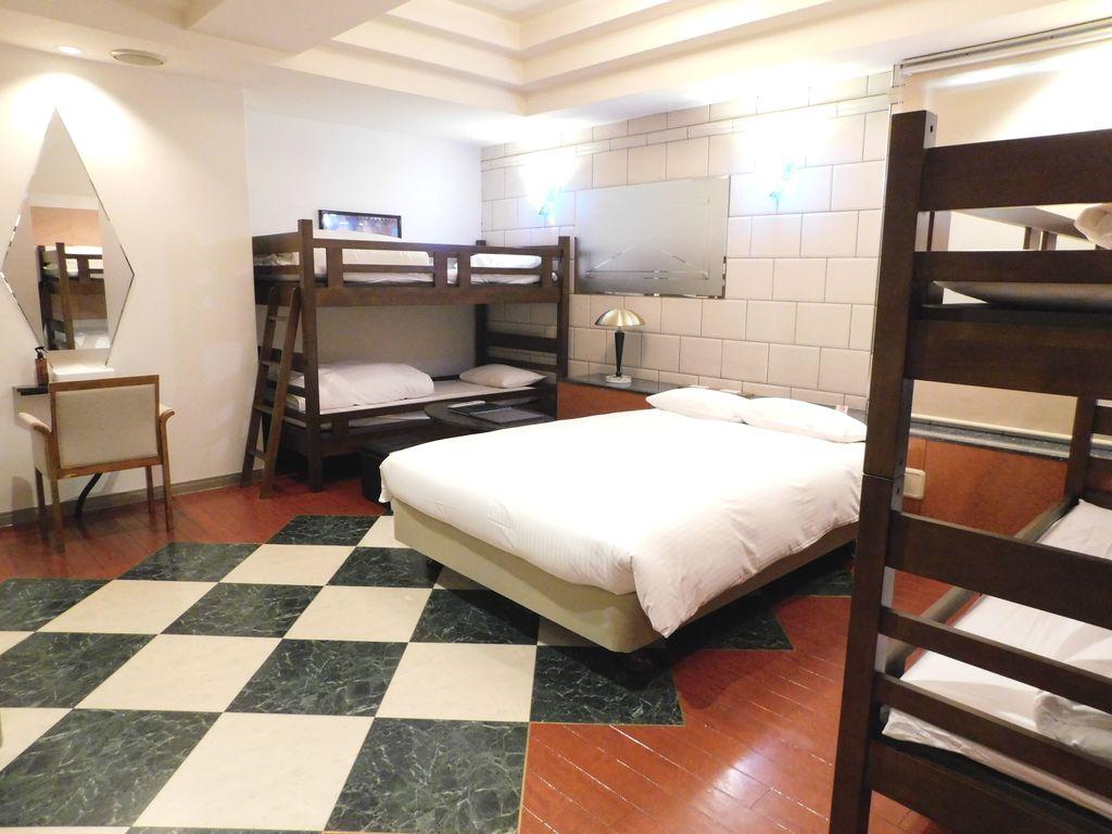 二段ベッド2台+ダブルベッド(幅140cm)1台の6名様定員