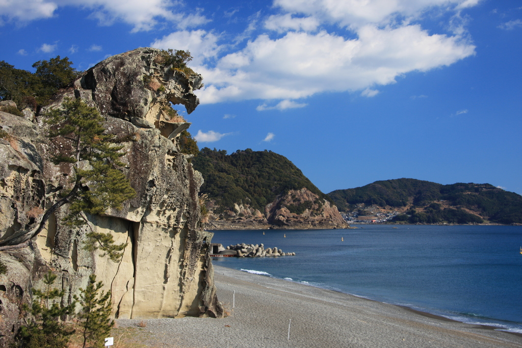 高さ約25メートル、周囲約210メートル。砂浜を挟んだ東隣に位置する鬼ヶ城の海蝕洞などと同様、波の侵食によって形成された