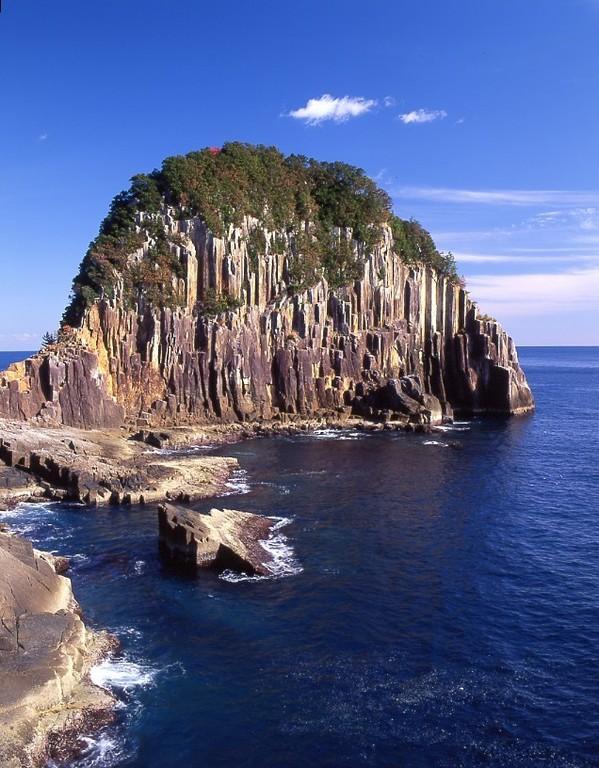 神武天皇上陸の地と伝えられる、二木島湾の入口にそそり立つ柱状節理の大絶壁!