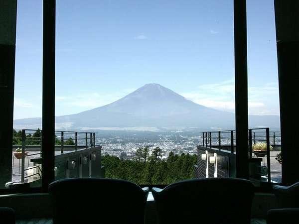 ロビーから富士の頂を望む