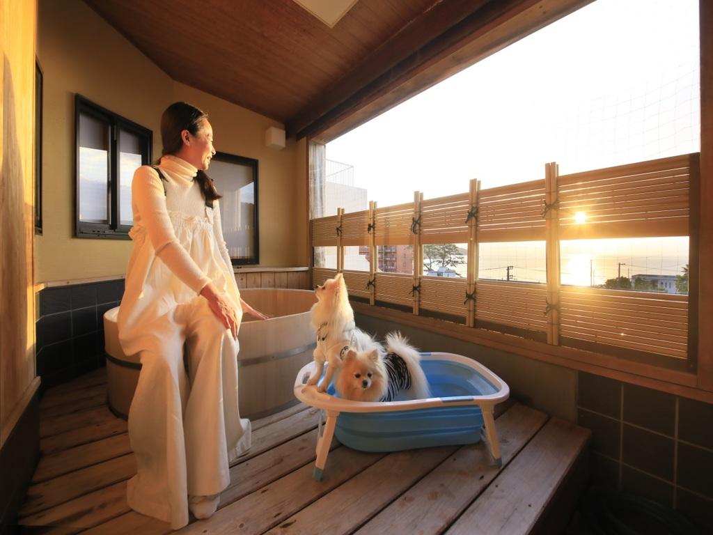 【お部屋】露天風呂付では夕日も楽しめる